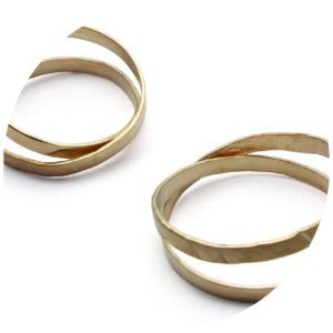 Aliança em fita de ouro que entrelaça no dedo
